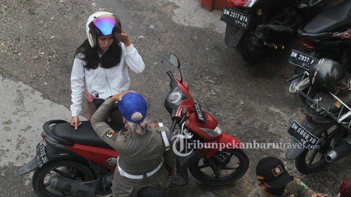 FOTO : Tim Yustisi Hukum Pelanggar Protokol Kesehatan saat Penertiban di Jalan Sudirman Pekanbaru - tim-yustisi-penegakan-hukum-perwako-130-tahun-20203.jpg