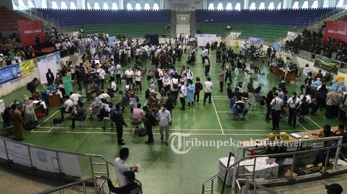 Vaksinasi Covid-19 tahap kedua digelar di Gelanggang Olahraga Remaja Pekanbaru, Senin (1/3/2021). Ribuan orang yang mendapat Vaksi Covid-19 tersebut berasal dari berbagai instasi dan organisasi yang ada di Provinsi Riau