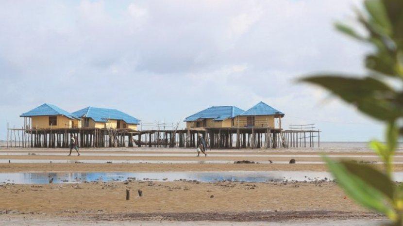 rumah-ikan-nelayan-di-pantai-tenggayun-bengkalis.jpg