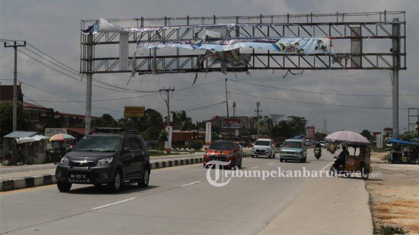 sejumlah-kendaraan-melintas-di-jalan-hr-soebrantas-pekanbaru.jpg