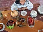 berbagai-hidangan-di-restoran-ikan-bakar-daun-bumbu-uwo.jpg