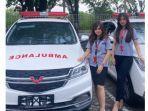 dua-karyawan-wuling-pekanbaru-menunjukkan-produk-wuling-ambulance.jpg