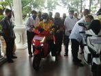 gubernur-riau-syamsuar-mencoba-sepeda-motor-listrik-gesits.jpg