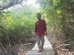junaidi-pengelola-ekowisata-mangrove-sungai-rawa-berjalan.jpg