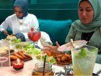 konsumen-tengah-menikmati-berbagai-kuliner-di-dim-sum-yang-jalan-sudirman-pekanbaru.jpg