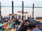pelabuhan-pantai-solop-tampak-ramai-oleh-wisatawan-yang-berdatangan.jpg