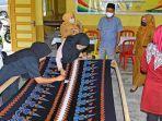 produksi-batik-tenun-bengkalis-yang-dilakukan-bumdes-langgam-sako-desa-teluk-latak.jpg