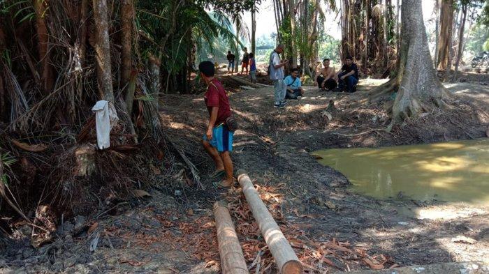 Aktivitas Kelompok Sadar Wisata Desa Temiang Kecamatan bandar Laksamana Kabupaten Bangkalis saat goyong royong membersihkan areal sekitar Makam Datuk gigi Putih