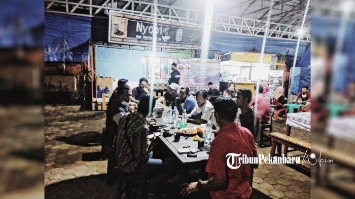 Pengunjung tengah bersantai di Warung Bu Mantri dan Nyopi di Jalan KH Dewantara tepatnya di parkiran Disdagtri Inhil, Rabu (4/11/2020).