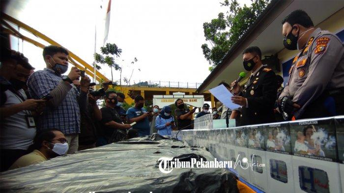 Direktur Polairud  Polda Riau, Kombes Eko Irianto saat menggelar jumpa pers  Rabu 27 Januari 2021. (Foto: Doddy Vladimir)