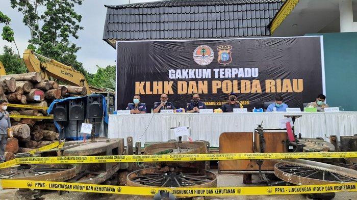 Ditjen Gakum KLHK dan Polda Riau saat menggelar konfresni pers di di Balai Gakkum LHK Sumatera, Seksi Wikayah II, Jalan Soebrantas Pekanbaru, Kamis 26 November 2020. (tribunpekanbaru.com/Alexander)