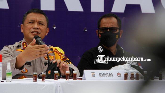 Kapolda Riau, Irjen Pol Agung Setya Imam Effendi saat ekspose penangkapan pengedar narkotika dengan barang bukti narkotika jenis cair, Kamis 4 Februari 2021