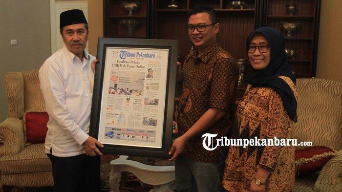 Gubernur Riau Syamsuar menerima kunjungan tim Tribun Pekanbaru di rumah dinasnya, Jalan Dipenogoro Pekanbaru, Jumat (13/12/2019). (foto: Theo Rizky)