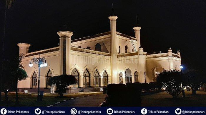 Suasna Istana Siak pada malam hari di Kabupaten Siak Provinsi Riau