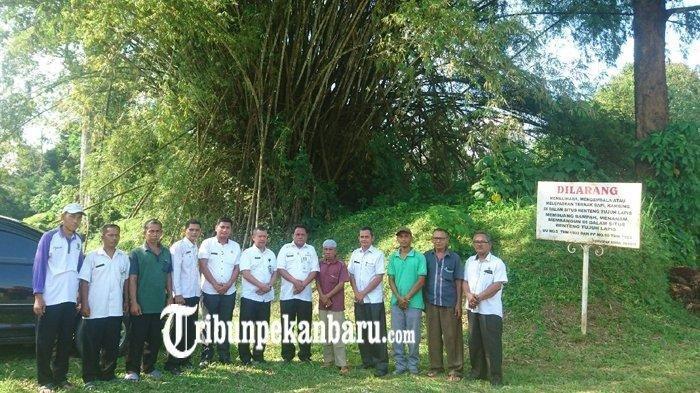 Jajaran Disparbud kabupaten rokan hulu foto bersama usai melakukan ukur areal Benteng Tujuh Lapis