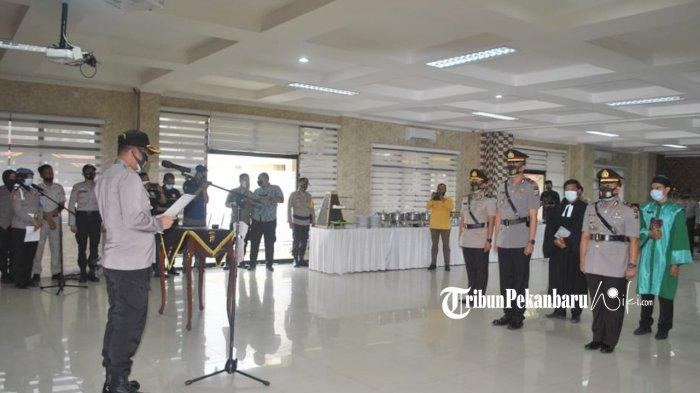 Kapolresta Pekanbaru Kombes Pol Nandang Mu'min Wijaya saat memimpin sertijab Kasat Reskrim dan Kasatres Narkoba, Selasa (3/11/2020)