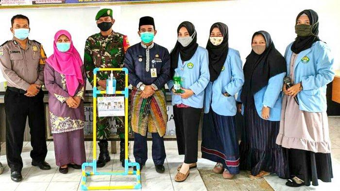 mahasiswa-relawan-covid-19-unri-buat-foot-press-hand-sanitizer-di-sukamulia-dan-cintaraja.jpg