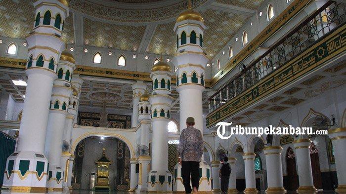 Suasana di Dalam Masjid Raya Pekanbaru atau Masjid Raya Senapelan. Tribunpekanbaru.com