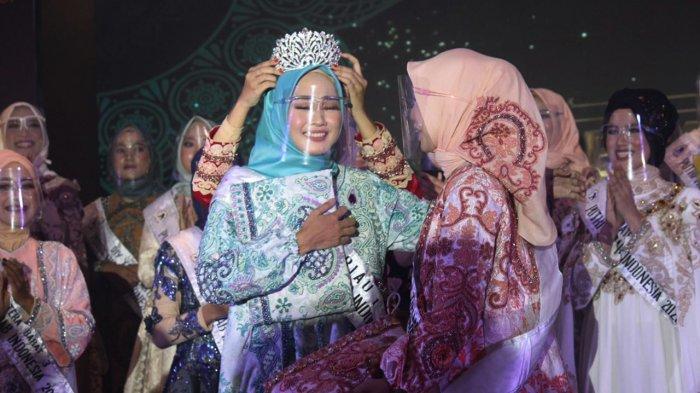 Pemasangan Mahkota Putri Hijab Indonesia 2020 kepada Auliya Fajriyati