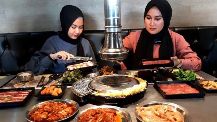 Pengunjung sedang menikmati makan di Magal Korean BBQ di Living World Pekanbaru. (dok.tribunpekanbaru.com)