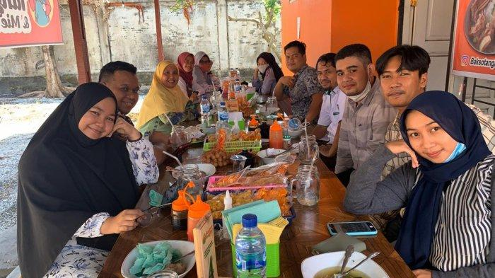 Pengunjung usai menikmati Bakso Tangkar di Warung Bakso Tangkar Pekanbaru yang berlokasi di  Jalan Soekarno-Hatta atau tepatnya di Simpang Jalan Rawa Bening Pekanbaru