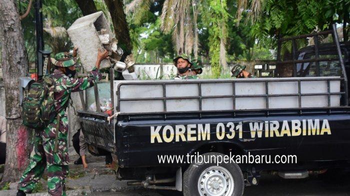 Foto Personil Korem 031/Wira Bima Membantu Mengangkut Sampah di Pekanbaru - personil-korem-031wira-bima-membantu-petugas-dlhk-pekanbaru-membersihkan-sampah.jpg