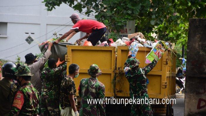 Foto Personil Korem 031/Wira Bima Membantu Mengangkut Sampah di Pekanbaru - personil-tni-di-pekanbaru-bantu-angkut-sampah.jpg