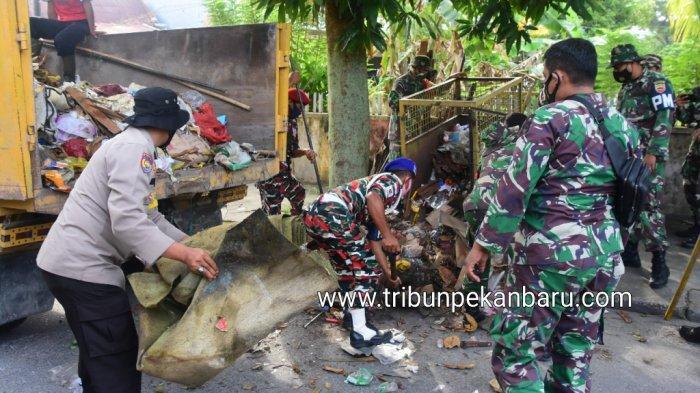 Foto Personil Korem 031/Wira Bima Membantu Mengangkut Sampah di Pekanbaru - personil-tni-polri-dan-ormas-mengangkut-sampah-yang-menumpuk-di-pekanbaru.jpg