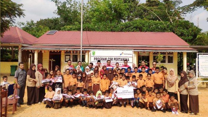 Pertamina EP Asset 1 Lirik Field foto bersama dengan guru dan murid SDN 028 Talang Sungai Limau, Kecamatam Rakit Kulim, Kabupaten Indragiri Hulu ( Inhu ), Provinsi Riau.