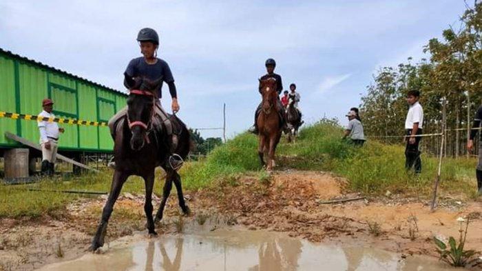 Peserta latiham berkuda di Horse Power Tambusai Jalan Soekarno-Hatta Pekanbaru.