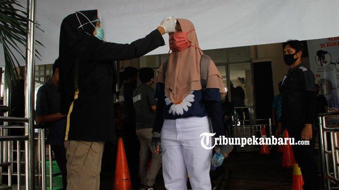 Petugas memeriksa suhu tubuh penumpang di Pelabuhan sUNGAI dUKU, KAMIS (29/10/2020)