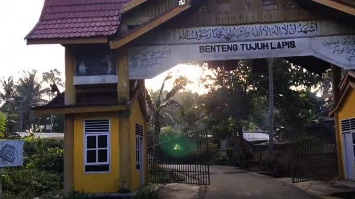 Pintu gerbang masuk ke kawasan Benteng Tujuh Lapis peninggalan sejarah perjuangan Pahlawan Nasional Tuanku Tambusai bersama pasukan dan masyarakat dalu-dalu