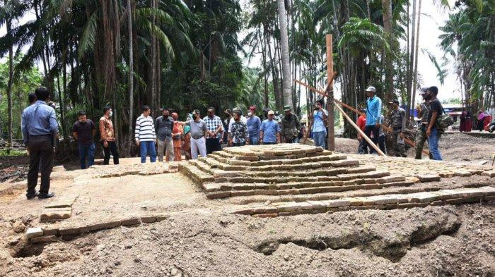 Plh Bupati Bengkalis Bustami HY saat melihat temuan tumpukan batu yang diduga peninggalan abang ke-14 di makan Datuk Gigi Putih di Desa Temiang Kecamatan Bandar  Bengkalis Riau