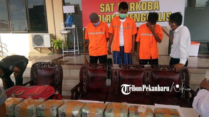 Para Tersangka kurir dan pengendali narkoba 19 kilogram yang berhasil diamankan tim khusus Polres Bengkalis