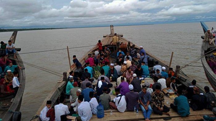 Ratusan Warga Bersholawat Kelilingi Pulau Topang di Meranti Riau