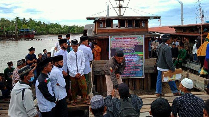Ratusan Warga Desa Topang pada Minggu pagi  3 Januari 2021  menggelar pawai keliling Pulau Topang Kecamatan Rangsang, Kepulauan Meranti, Riau.