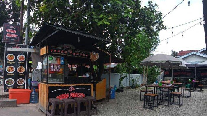 Suasana di teras Pakcoy di Jalan Sisingamangaraja nomor 147, Kelurahan Rintis, Kecamatan Lima Puluh, Kota Pekanbaru