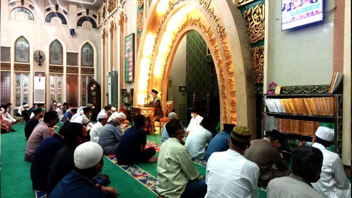 Suasana kegiatan pelaksanaan tarawih malam pertama di Masjid Agung Ar-Rahman, Jalan Sudirman, Pekanbaru, Senin (12/4/2021)