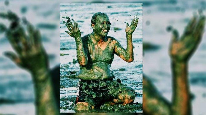 Tokoh masyarakat Suku  Duanu Sarpan ikut mandi lumpu saat memecahkan rekor mandi lumpur terbanyak dalam festival menongkah pada tahun 2016 silam