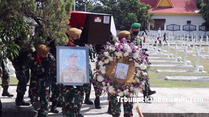 Upacara Pemakaman Pelda Anumerta Rama Wahyudi di Taman Makam Pahlawan Kusuma Dharma, Kota Pekanbaru, Jumat (3/7/2020).