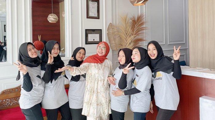 Veni Ayu Oktaviana bersama karyawan klinik kecantikan Pesona Ayu