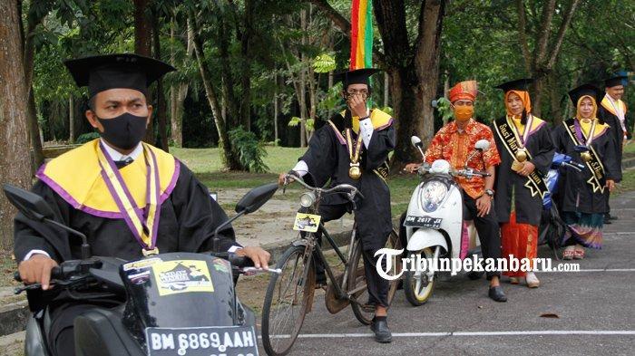 Unik, Wisudawan di Pekanbaru ini Pakai Sepeda Ontel