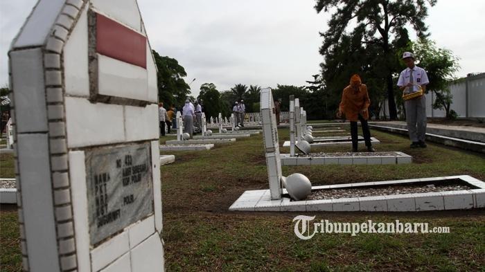 Kegiatan Ziarah dan Tabur Bunga saat peringatan Hari Pahlawan Nasional di Taman Makam Pahlawan Kusuma Dharma. (tribunpekanbaru.com/TheoRizky)