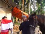aksi-kiai-andi-sidomulyo-di-riau-bagi-bagi-bendera-merah-putih-dengan-naik-kuda.jpg