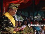 gubernur-syamsuar-mengenakan-pakaian-adat-melayu-riau-saat-upacara-peringatan-ulang-tahun-riau-ke-62.jpg