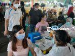 pedagang-dan-pengunjung-pasar-wisata-pasar-bawah-saat-mengikuti-vaksinasi.jpg