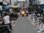 pedagang-sepatu-bekas-disalah-satu-sudut-pasar-jongkon-di-tembilahan-riau.jpg