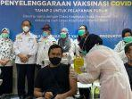 pelaksanaan-suntik-vaksin-terhadap-pegawai-yang-ada-di-living-world-pekanbaru-rabu-1032021.jpg