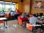 pengunjung-sedang-menikmati-berbagai-menu-olahan-mie-di-bakmi-dki-cabang-pekanbaru-jalan-a-yani.jpg