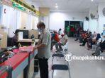 sejumlah-warga-membayar-pajak-kendaraan-bermotor-di-kantor-samsat-simpang-tiga-pekanbaru.jpg